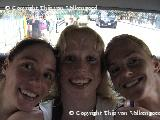 Linda, Jolijn en Chantal in de taxi in Hong Kong